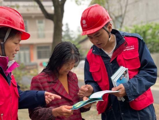 国网常德供电公司员工向村民普及防山火知识。(黄弋摄)