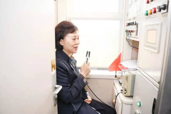 湖南省委常委、省委统战部部长黄兰香讲列车上的第一堂党课。杨华峰 摄