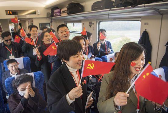 学员一起唱红歌。唐俊 摄