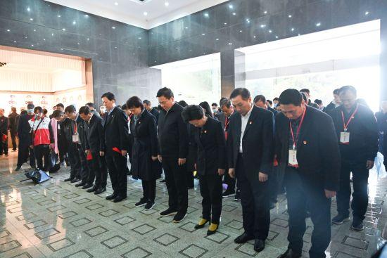 在井冈山革命烈士陵园,大家鞠躬深切祭奠缅怀革命先烈。唐俊 摄