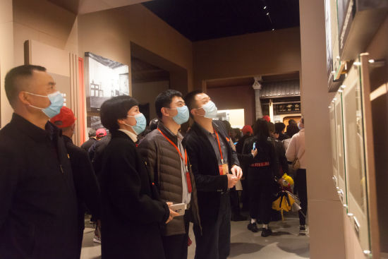大家在井冈山革命博物馆了解革命斗争历史。 唐俊 摄