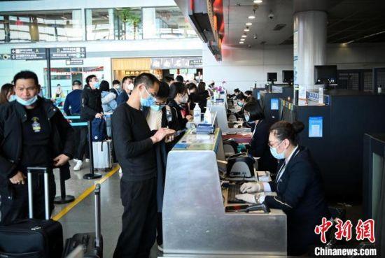 资料图:旅客在长沙机场值机。 南航 供图 摄