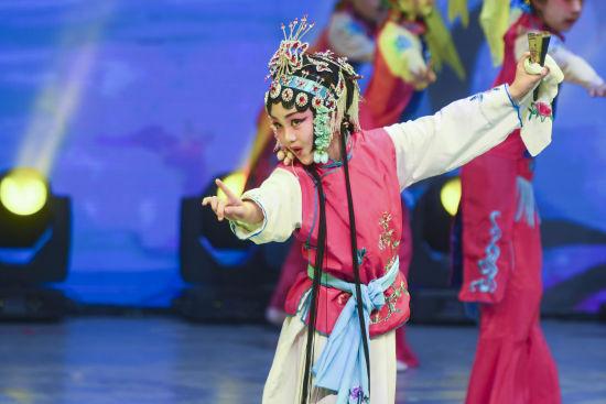朋友登台唱京剧。 杨华峰 摄