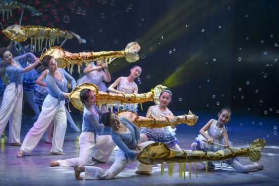 群舞《戏虾灯》。 杨华峰