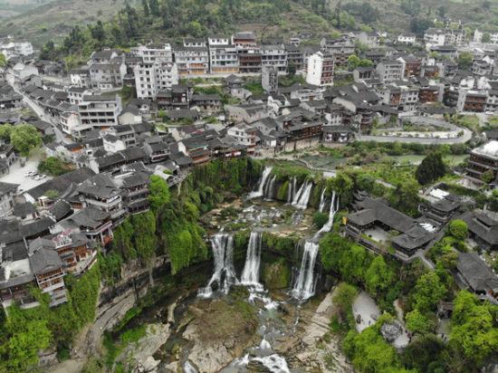 芙蓉镇通过旅游产业发展带动群众脱贫致富。杨华峰 摄
