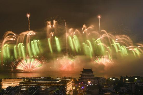 6月30日,长沙举办大型焰火晚会。杨华峰 摄
