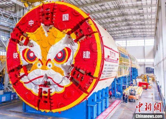 2021年8月23日,国产首台用于高铁海底隧道施工的盾构机在长沙铁建重工下线。 向一鹏 摄