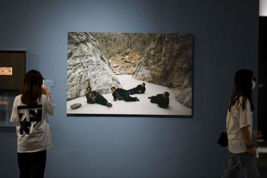 2007年摄影作品《冰上的四个男子》。