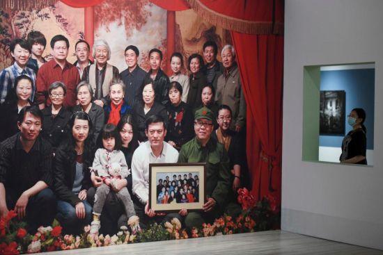 市民观看2012年摄影作品《移动照相馆》系列/北京薛氏家族合影。