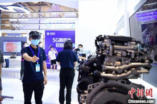 头戴MR眼镜的联通数字科技有限公司湖南分公司的技术人员徐鹏程正在演示检修。 杨华峰 摄