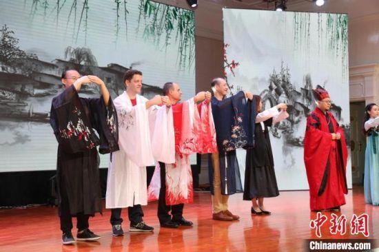 外籍人才学习中国传统文化。 蒋炼 摄