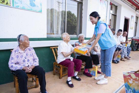 志愿者给老上送上月饼。