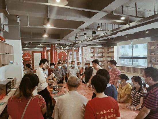 """淮川街道党群服务中心""""手工月饼DIY""""现场。"""