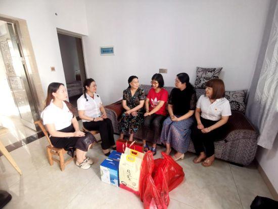 淮川街道联城社区党总支、山田建筑公司党支部走访困难家庭。