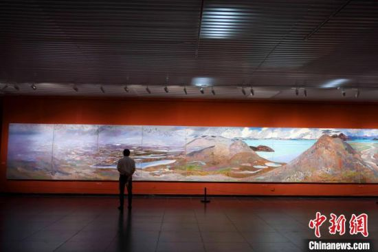 市民观赏162米巨幅油画长卷《黄河》。 杨华峰 摄