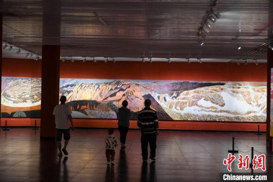 162米巨幅油画长卷《黄河》吸引市民驻足观看。 杨华峰 摄