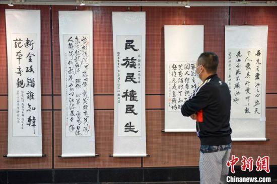 市民参观书画展。 杨华峰 摄
