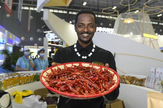 第二届中非经贸博览会上,卢旺达参展商展示当地的特产干辣椒。杨华峰 摄