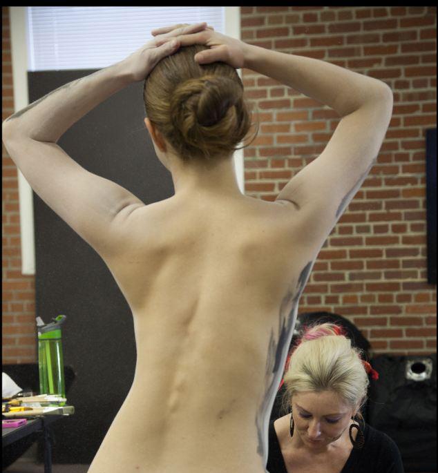 裸模打造创意人体彩绘骷髅头
