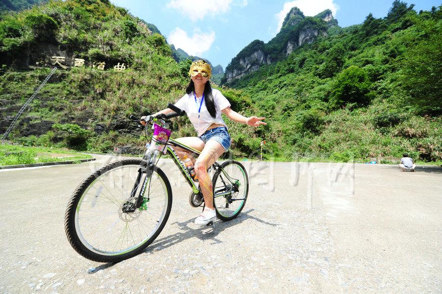 湖南张家界参赛彩骑v美女美女着比基尼举行美女图片美女抹胸图片