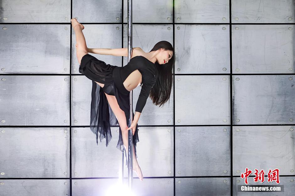 中国钢管舞美女大赛启动 美女秀钢管舞性感绝