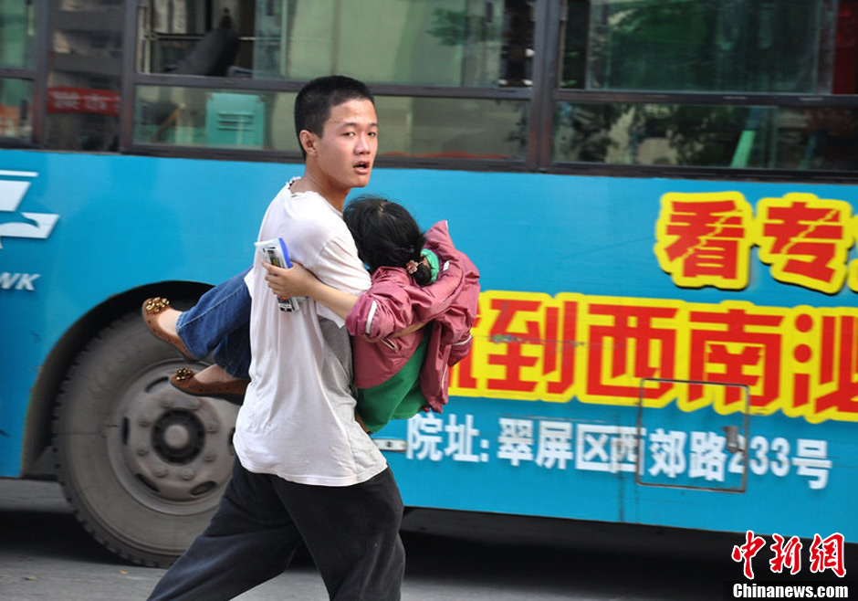 高考女生考场内昏迷 同场男生抱起送医图片