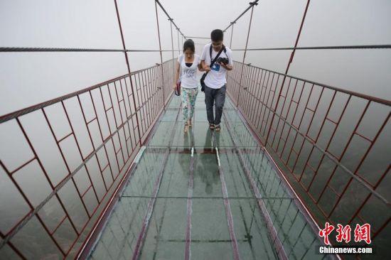 石牛寨景区现玻璃吊桥 垂直高度达180米