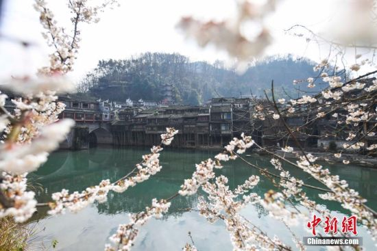 """凤凰:那座沱江穿过的""""中国最美丽的小城"""""""