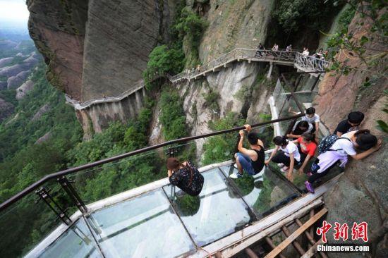 国内首条音乐玻璃栈道竣工 游客爬行体验