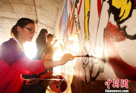澳门永利官网线上娱乐南华大学学子艺术涂鸦扮靓校园