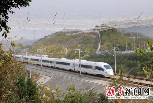 湖南:超高压输电线路首跨武广高铁