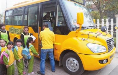 """长沙引进的首辆""""长鼻子""""校车在岳麓区金色梯田幼儿园"""