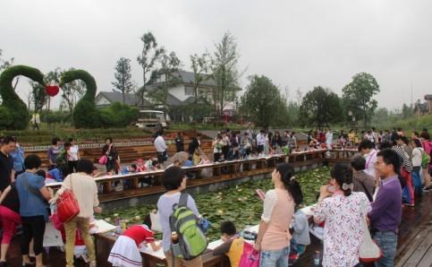 举行小学生绿色环保体验活动,包括现场绘画、维护公园园内环
