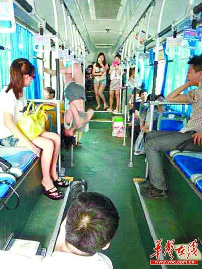 长沙钢管公交车上跳阿姨舞劈叉叫板美女美女白带图片美女图片