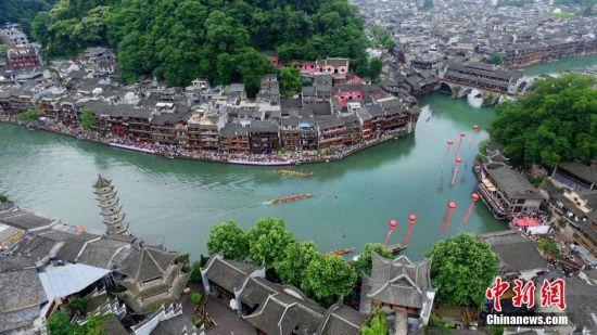 湖南凤凰古城吊脚楼下的龙舟赛