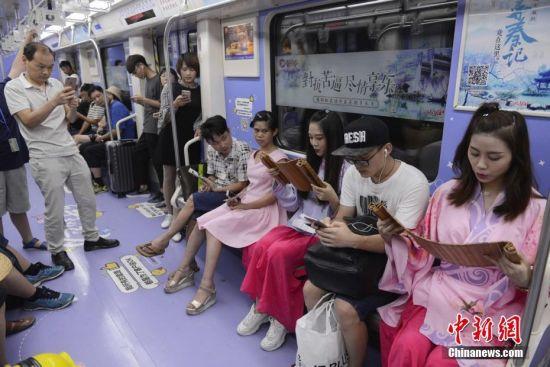 女孩着古装长沙地铁诵《桃花源记》扬传统国学