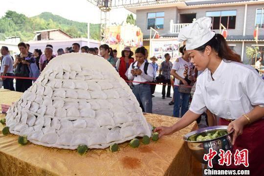 巨型美食庆丰收 千人共享长龙宴