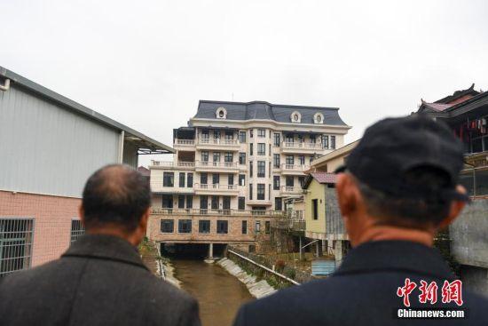 湖南一乡村现超豪华别墅 总造价超亿元