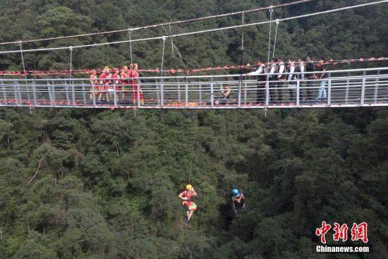 澳门永利官网线上娱乐郴州少数民族山歌会 青年男女120米悬空对歌