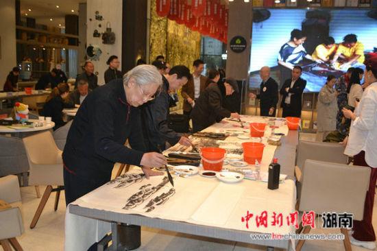 杜甫江阁书画院举行爱心公益笔会 帮扶山区贫困学子