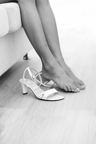 女生光脚穿皮鞋