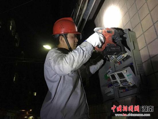 攸县供电公司:连续十二小时紧急抢修保供电