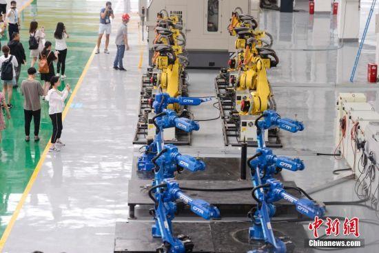 长沙:机器人厂房内集体跳舞