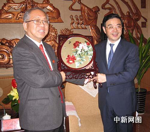 华人数学家丘成桐鼓励年轻学者多到国外看看