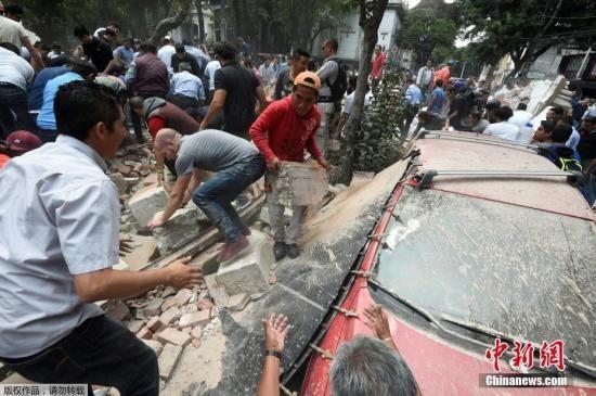 墨西哥强震致225人丧生 救援人员通宵寻找生还者