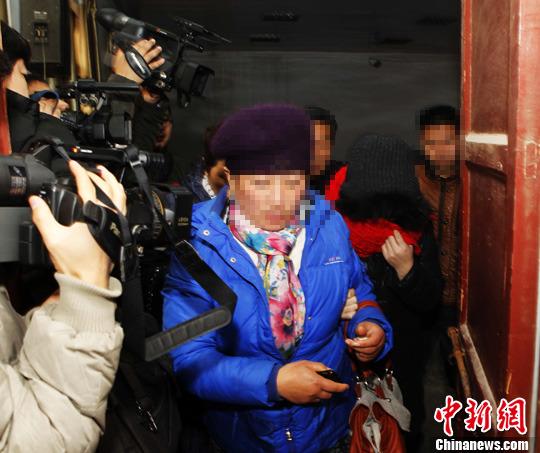 """河南警察杀人案女被告受审 庭审后""""金蝉脱壳"""""""