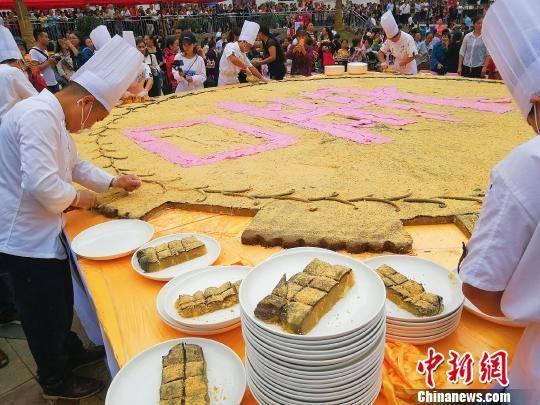 """贵州余庆易地搬迁民众""""百桌宴""""庆团圆"""