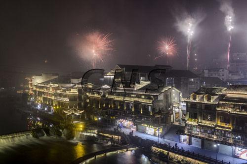 香港《东方日报》:澳门永利官网线上娱乐凤凰古城零点烟火迎新春(图)