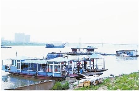 刘尚文/5月13日傍晚,千吨级船只在湘江长沙段通行。记者刘尚文摄