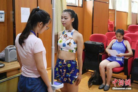 湖南女子学院招空乘 考生着泳装测试